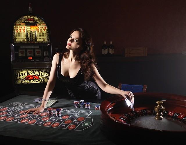 'Dealerin wartet am Pokertisch' via Pixabay