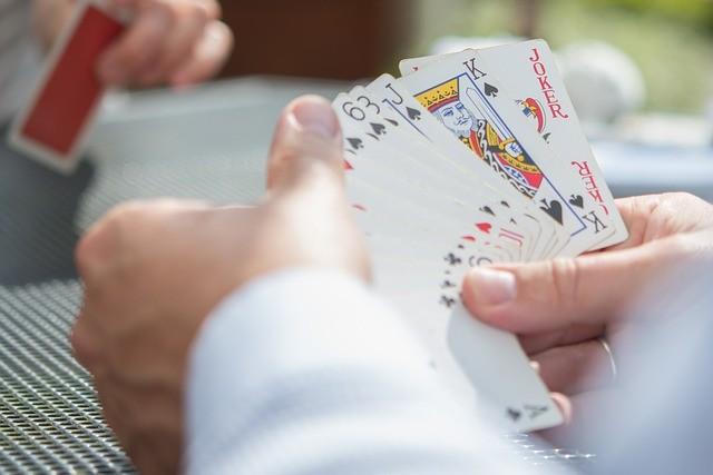 'Pokerspieler betrachtet seine Hand' via Pixabay